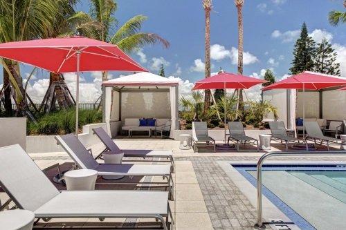 Residence Inn Miami Surfside zwembad met ligbedden