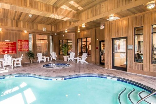 Comfort Suites Historic District zwembad en hottub