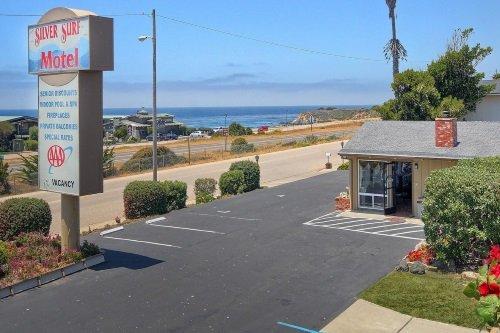 Silver Surf Motel buitenkant parkeerplaats