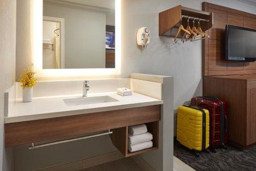 Studio Inn Downey kamer badkamer wastafel