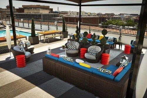 Embassy Row Hotel dakterras met zitje en zwembad