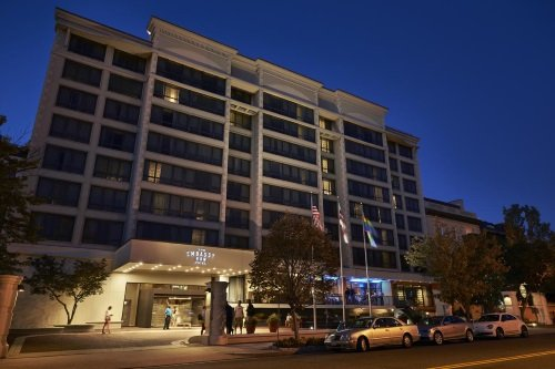Embassy Row Hotel buitenkant avond