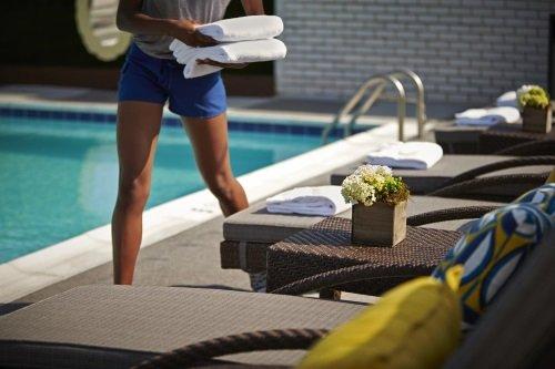 Embassy Row Hotel zwembad met ligbedden