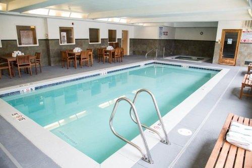 Gray Wolf Inn & Suites binnenzwembad
