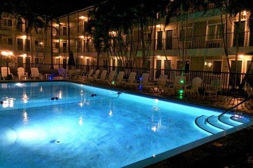 Lantern Inn & Suites zwembad avond