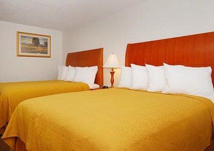 Quality Inn & Suites Bakersfield 02.[1]